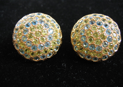 Bottone Earrings in 18k gold with peridot and blue topaz