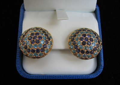 Bottone Earrings in 18k yellow gold with iolite and blue topaz