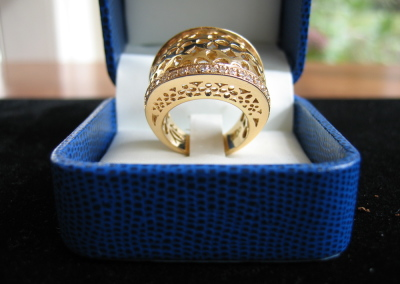Dome Ring in 18k yellow gold with diamonds